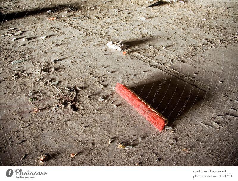 NA SAUBER rot Einsamkeit dunkel dreckig Boden Bodenbelag kaputt verfallen Dienstleistungsgewerbe Handwerk Stillleben Staub Besen Borsten Bauschutt Lichteinfall