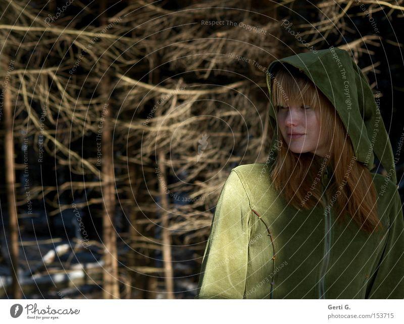 KapuzenMädchen Frau Tracht Samt langhaarig Wald Elfe Fee Tanne Ast Versteck Natur waldwesen waldgeist Zurückblicken