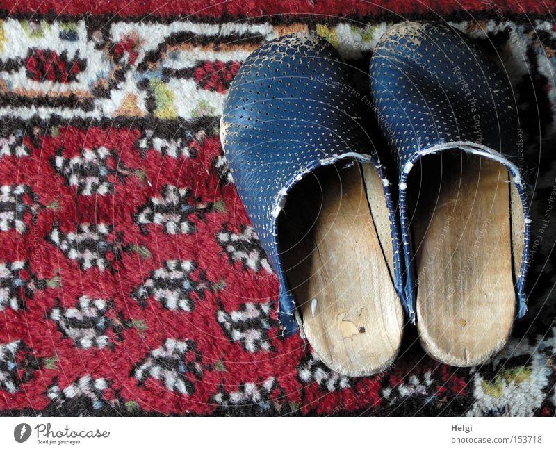 abgenutzt... alt weiß blau rot Holz Schuhe Bekleidung paarweise kaputt obskur schäbig Leder Teppich Bodenbelag verschlissen