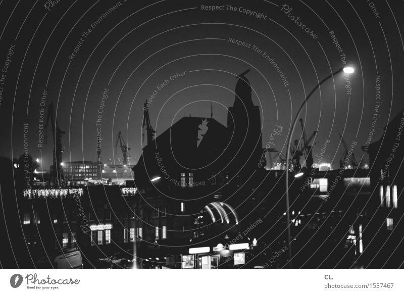hamburg Hamburg Stadt Skyline Haus Hafen Architektur Sehenswürdigkeit dunkel komplex Kran Stadtleben Schwarzweißfoto Außenaufnahme Menschenleer