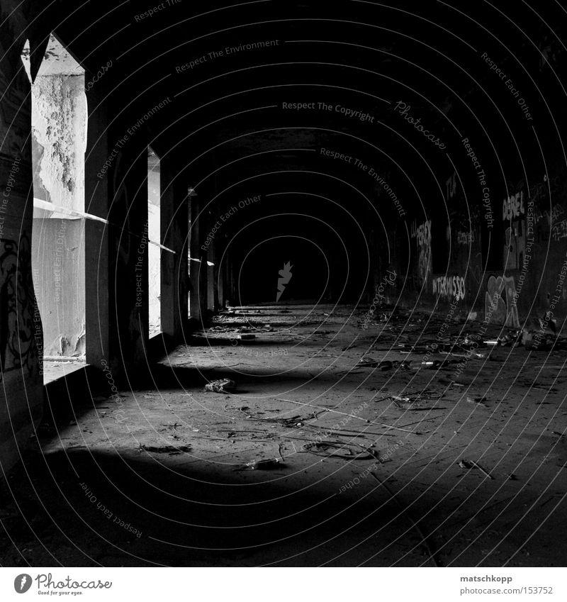 Home, sweet Home Einsamkeit dreckig gruselig verfallen Verfall Gang unordentlich Lichteinfall Schwarzweißfoto beklemmend