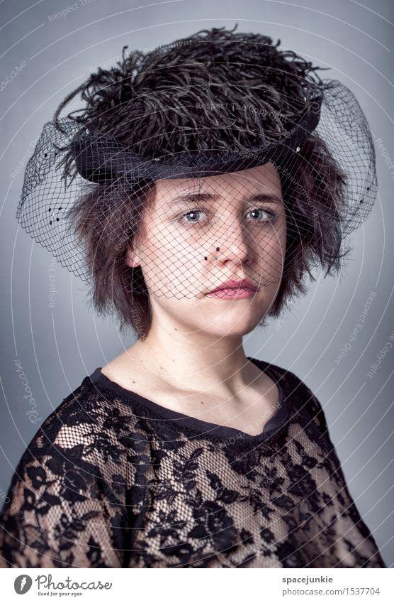 Sad Mensch feminin Junge Frau Jugendliche 1 18-30 Jahre Erwachsene Hut schwarzhaarig kurzhaarig außergewöhnlich dunkel Traurigkeit Sorge Trauer Tod Liebeskummer