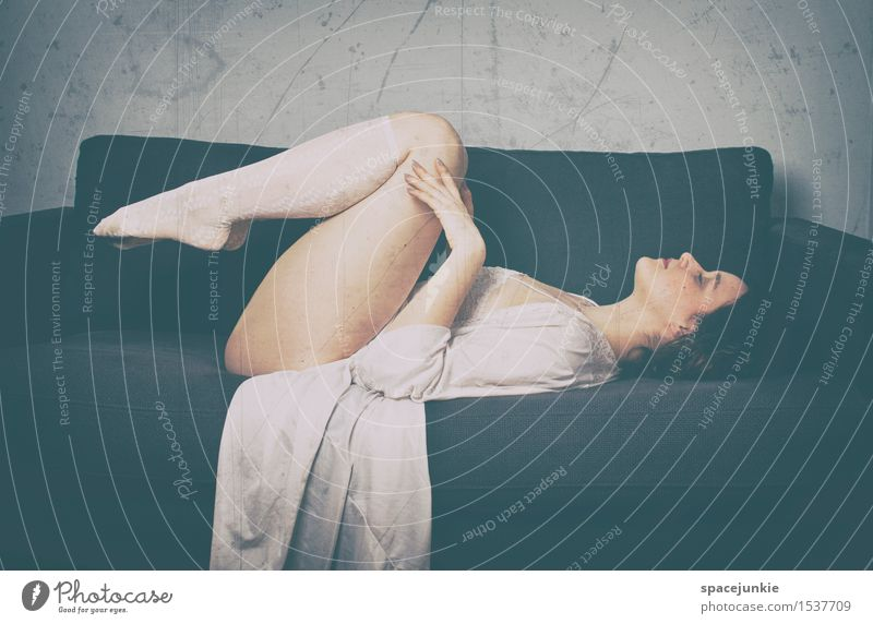 Dreams Mensch feminin 1 18-30 Jahre Jugendliche Erwachsene Haare & Frisuren brünett kurzhaarig langhaarig schlafen träumen Traurigkeit außergewöhnlich Erotik