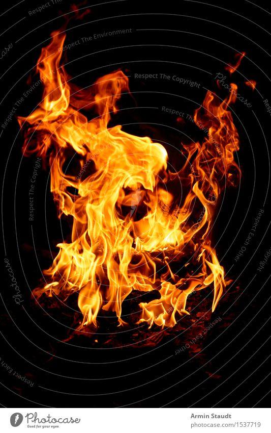 Flammen in der Nacht Natur Urelemente Feuer Wärme bedrohlich heiß orange schwarz gefährlich Brand brennen Feuerstelle Glut Hintergrundbild Funken Grillen Holz