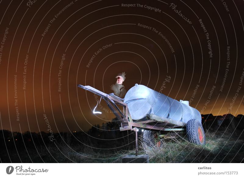 Güllotaurus Nacht dunkel Licht Langzeitbelichtung Landwirtschaft Lichtmalerei Gefolgsleute Gülle legales Graffiti Plutonium Radioaktivität Strahlung Güllewagen