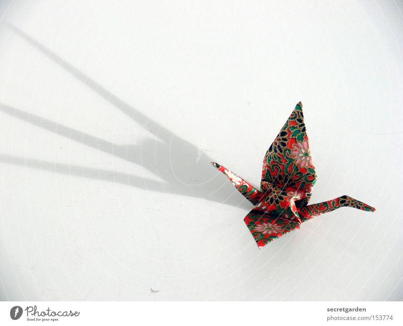 mit fettigen fingern kraniche gebastelt weiß Tier Vogel Kunst hell fliegen Freizeit & Hobby Papier einzeln Kitsch Asien Handwerk Japan dramatisch minimalistisch Kranich