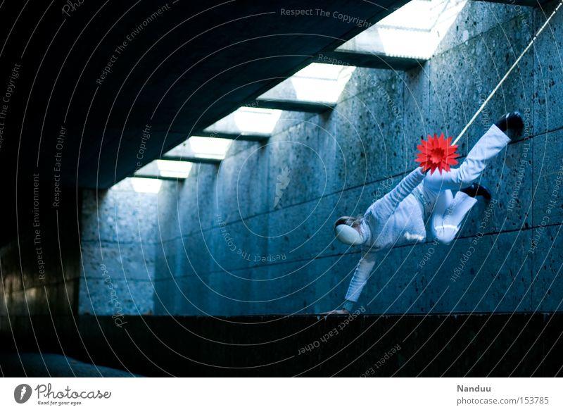 Man könnte der Schwerkraft nachgeben, muss aber nicht. Mensch Maske Akrobatik Unterführung Tunnel Lichtstrahl blau grau Untergrund skurril Tanzen Tanztheater
