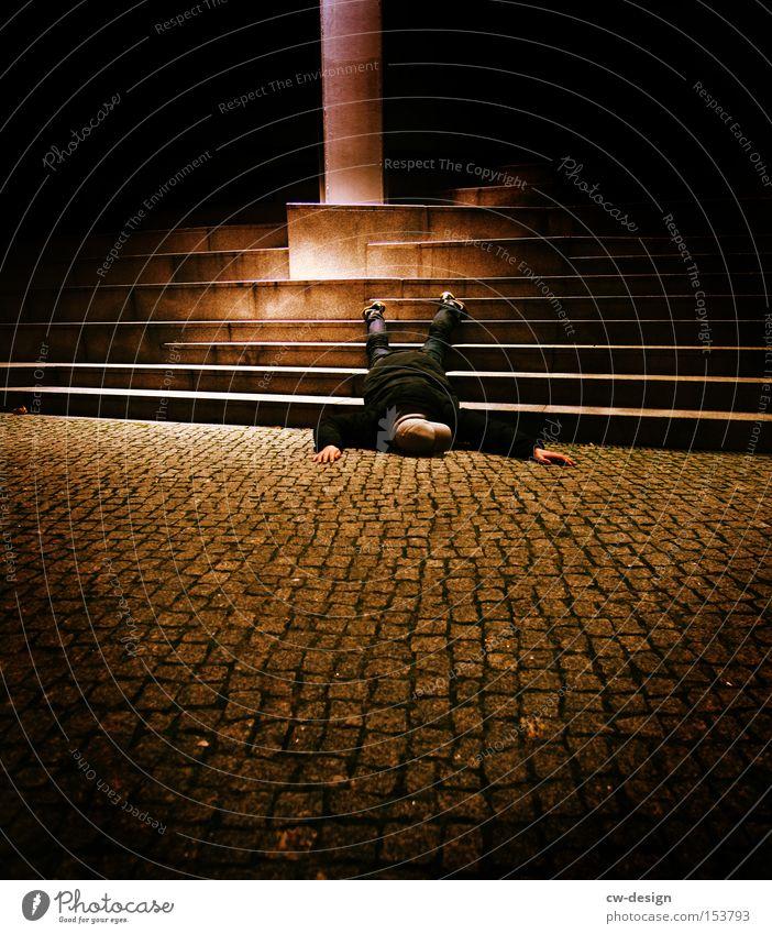 CHILLEN ft. SCHLAFMANGEL Mensch Mann Jugendliche Tod schlafen Treppe liegen Bürgersteig Langeweile Verkehrswege Puppe Unfall Desaster Spielzeug Lichtschein