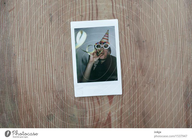 Herzlichen Glückwunsch zum Geburtstag, Gestalti! Mensch Frau Freude Erwachsene Leben Lifestyle Holz Feste & Feiern Party Freizeit & Hobby Geburtstag Brille Maske Karneval Hut blasen
