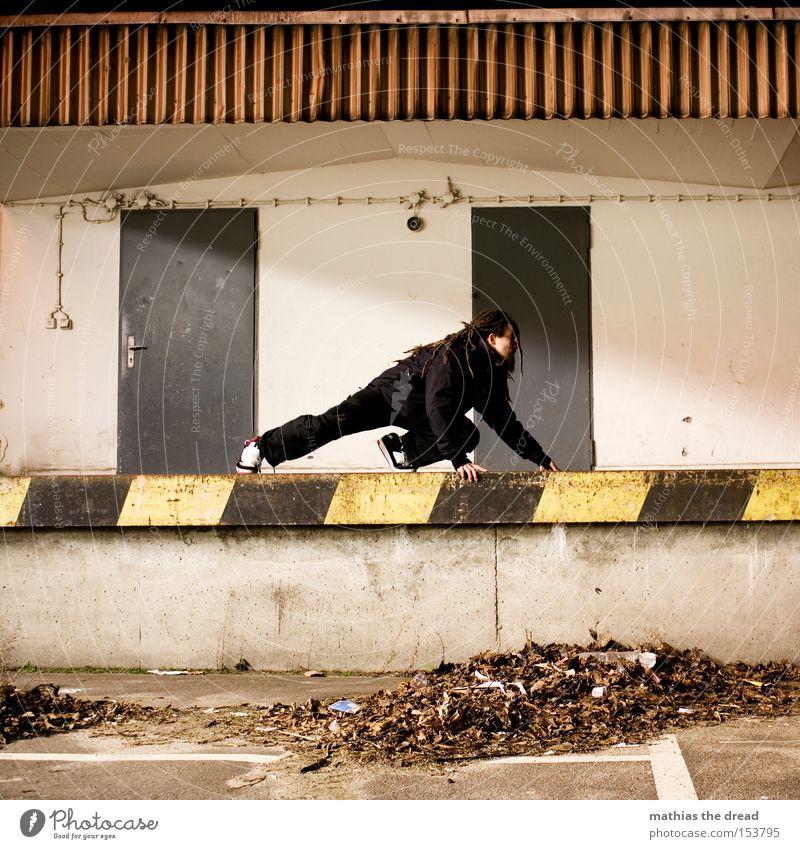 SCHLEICHEKATZE Mann Blatt Einsamkeit Farbe Straße Katze Farbstoff Linie Tür Fassade geheimnisvoll Verkehrswege Warnhinweis Parkplatz Rampe Warnschild