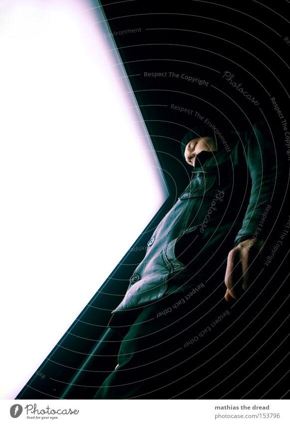 BLN 08 | view7 Mensch schwarz Froschperspektive Jacke Nacht Mütze Winter Lederjacke Hose groß Leuchtwand Sonnenstrahlen Kunstlicht Mann Freude leuchten