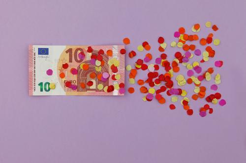 Hach was sag' ich, 10 Euro! Kunst ästhetisch Europa verfallen Verfall Kunstwerk Konfetti Krise Eurozeichen Finanzkrise Bargeld Euroschein Krisenmanagement