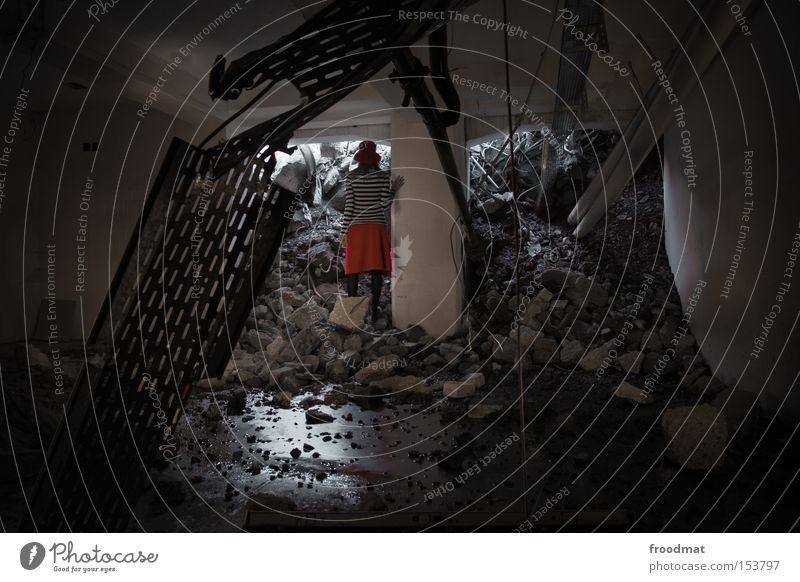 augen schon geschlossen Frau Stein Beton gefährlich kaputt Baustelle Vergänglichkeit verfallen Hut Rock entdecken Verfall Am Rand Draht Pfütze Demontage