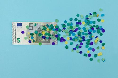 Ich biete 5 Euro! Kunst Kunstwerk ästhetisch Finanzkrise Wert wertlos Wertschätzung Europa Eurozeichen Europatag Euroschein blau Konfetti graphisch Design Geld