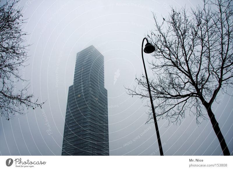 statt landschaft Hochhaus Gebäude Nebel Fenster Straßenbeleuchtung Stadt grau Einsamkeit Betonklotz Bürogebäude Baum modern Deutschland Architektur