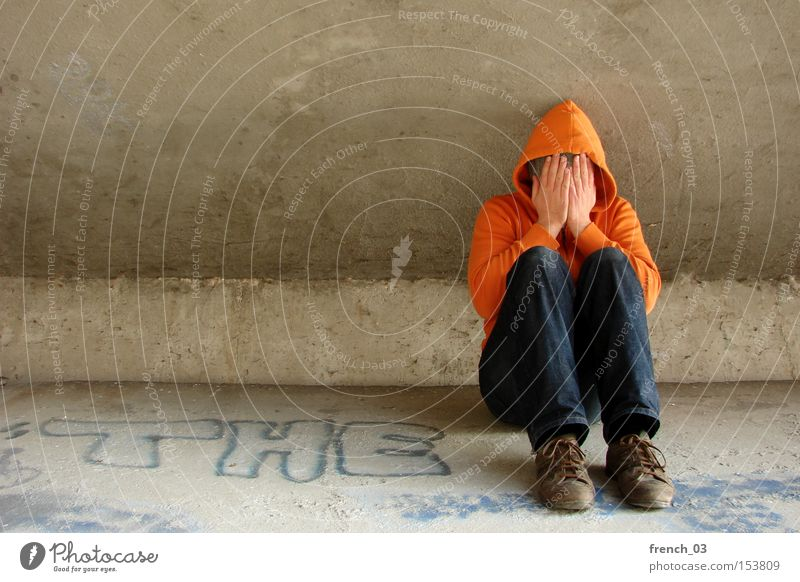 """""""Der"""" Kapuzenmann weint Mensch Einsamkeit orange Armut Beton sitzen Trauer Brücke Verzweiflung Obdachlose weinen Kapuze Tränen verschränken ausstoßen wertlos"""