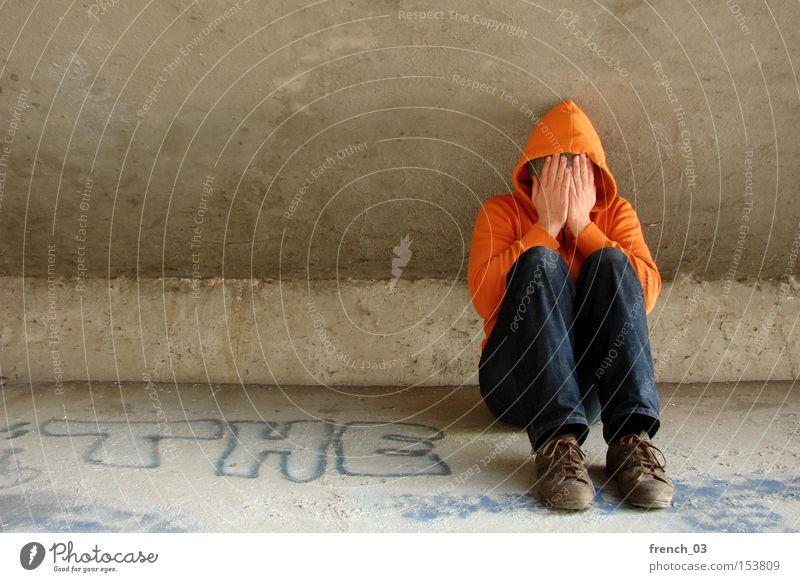 """""""Der"""" Kapuzenmann weint Mensch orange Beton Brücke sitzen verschränken weinen Trauer Verzweiflung Einsamkeit ausstoßen Obdachlose wertlos Tränen Armut"""