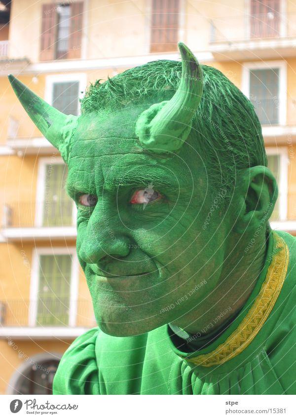 devil in disguise Mann grün Gesicht Auge Maske Karneval Horn Teufel