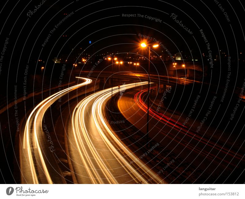 Trails of Light Brücke Verkehr Straße Autobahn Fahrzeug PKW dunkel rot Bremslicht Kurve KFZ frontscheinwerfer Nacht Licht Langzeitbelichtung