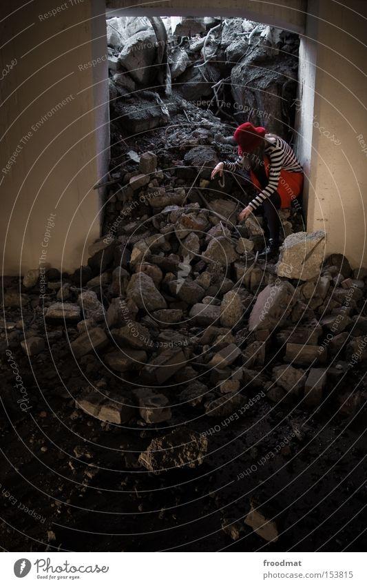 gebrochen Frau Stein Beton gefährlich kaputt Baustelle Vergänglichkeit verfallen Hut Rock entdecken Verfall Am Rand Draht Pfütze Demontage