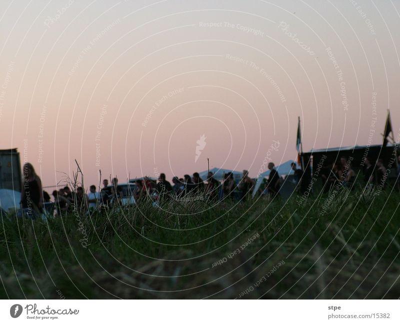 waiting Gras Stimmung Menschengruppe Musikfestival M'era Luna warten Abend Warteschlange