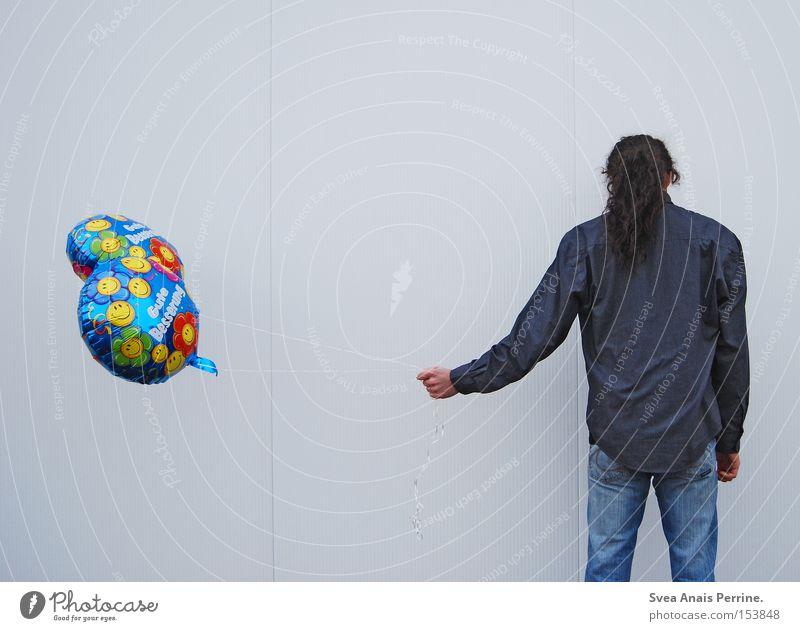 wie kann ich dir sagen, dass ich Dich liebe Mensch Mann Jugendliche weiß Erwachsene Wand Mauer maskulin stehen 18-30 Jahre Luftballon festhalten geheimnisvoll