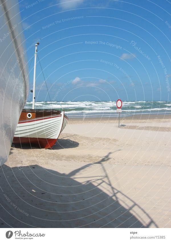 Gestrandet Meer Wasserfahrzeug Fischerboot Strand Nordsee Zugang verboten Sand Sonne Schatten