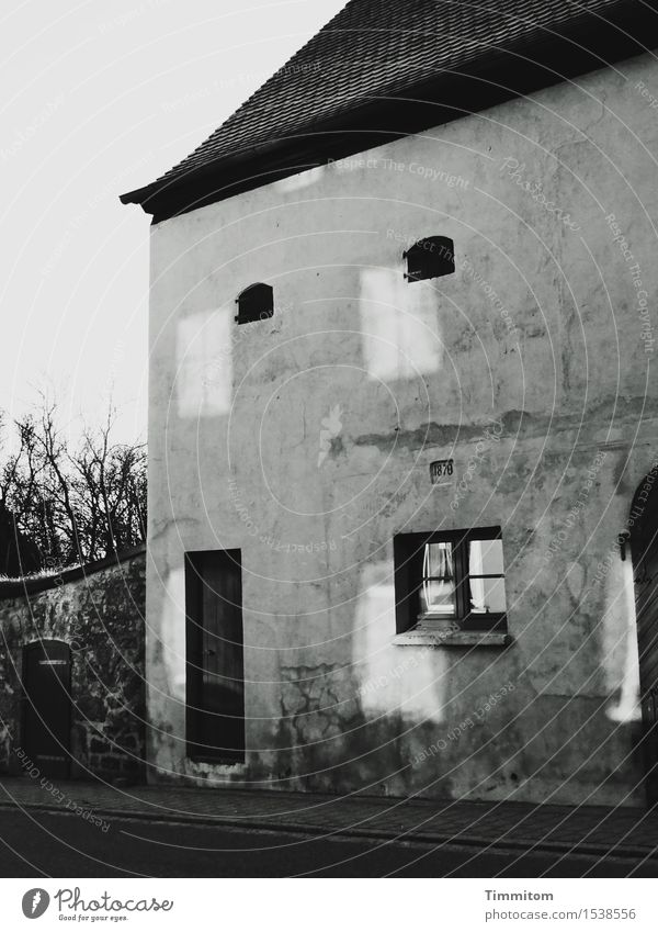Schaltbubu | Let it flow Haus Sträucher Mauer Wand Fassade Fenster Tür Dach Straße Stein dunkel einfach grau schwarz weiß Reflexion & Spiegelung Schwarzweißfoto