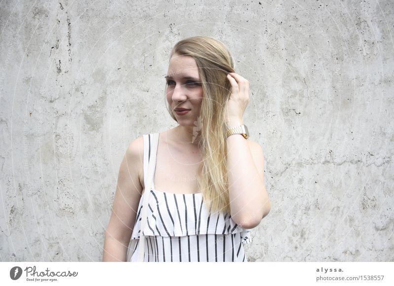 Streifen auf Beton. Mensch feminin Junge Frau Jugendliche Erwachsene Kopf Haare & Frisuren Gesicht 1 18-30 Jahre Mauer Wand Fassade Mode blond langhaarig Stein
