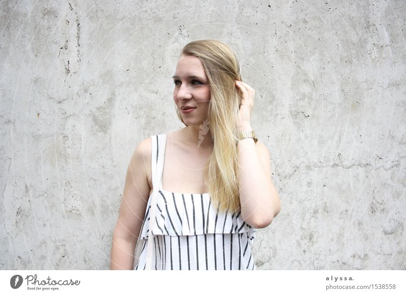 Streifen auf Beton 2 Lifestyle Stil schön Haare & Frisuren Gesicht Schminke Mensch feminin Junge Frau Jugendliche Erwachsene Kopf Mauer Wand Fassade Mode