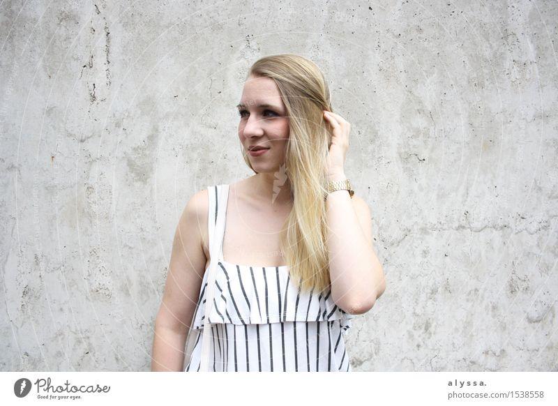 Streifen auf Beton 2 Mensch Frau Jugendliche schön Junge Frau Gesicht kalt Erwachsene Wand feminin Stil Lifestyle Mauer Haare & Frisuren Mode Kopf