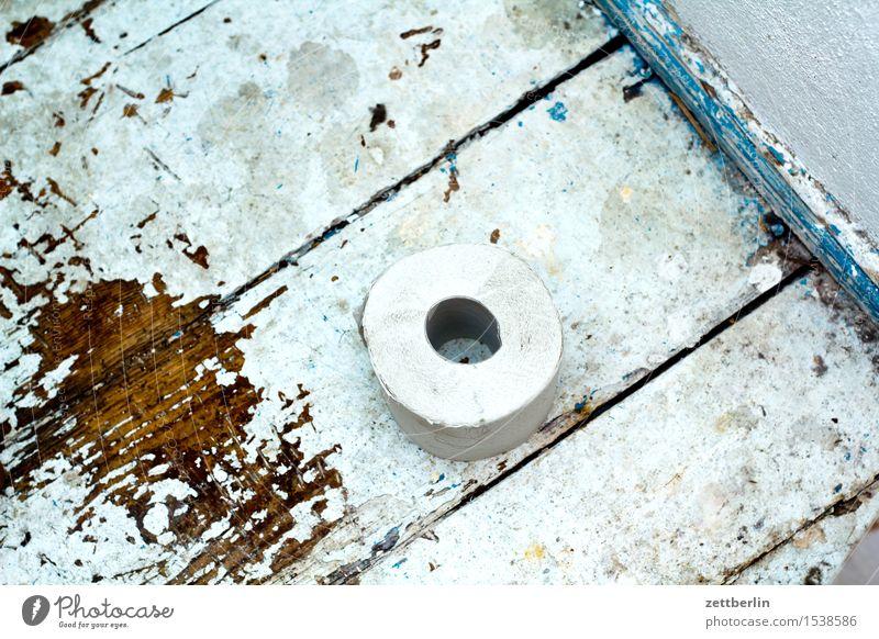 Innenklo Toilette Miettoilette Toilettenpapier Rolle Papier liegen Holz Altbau Flur Holzfußboden alt dreckig Raum Waschhaus sanitär Wohnung Stadthaus