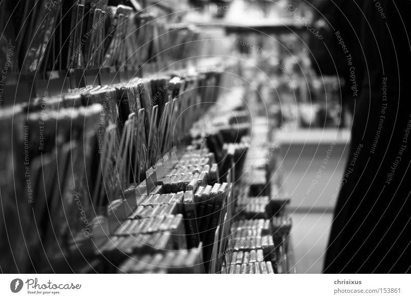 choice DVD-ROM Compact Disc Regal Schwarzweißfoto schwarz Auswahl sortieren Ladengeschäft Filmindustrie Filmmaterial Tiefenschärfe Entertainment Medien Kino