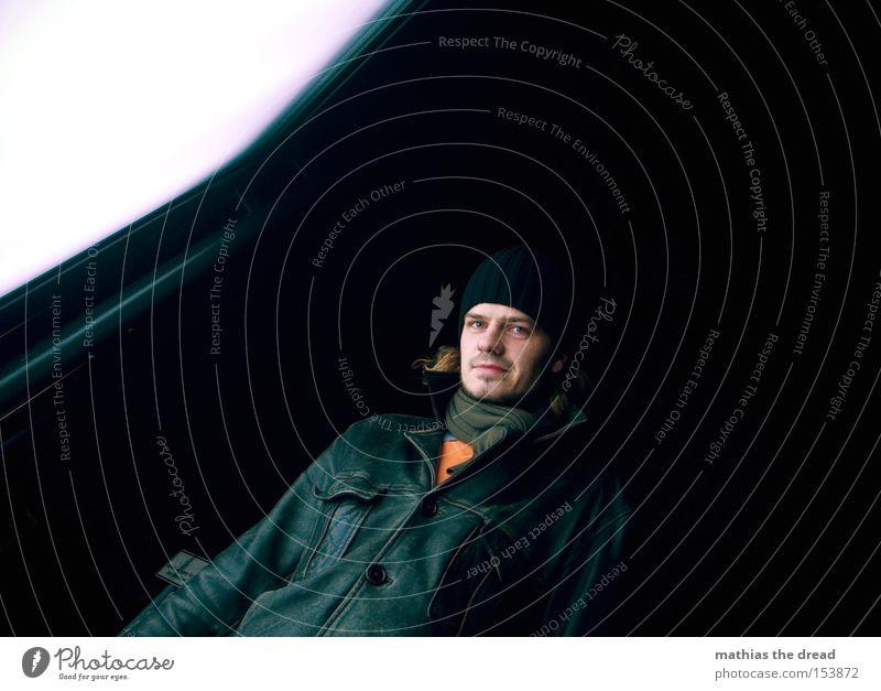 BLN 08 | view7 Mensch schwarz Froschperspektive Nacht Mütze Winter Lederjacke Hose groß Leuchtwand Sonnenstrahlen Kunstlicht Mann Bekleidung Verkehrswege