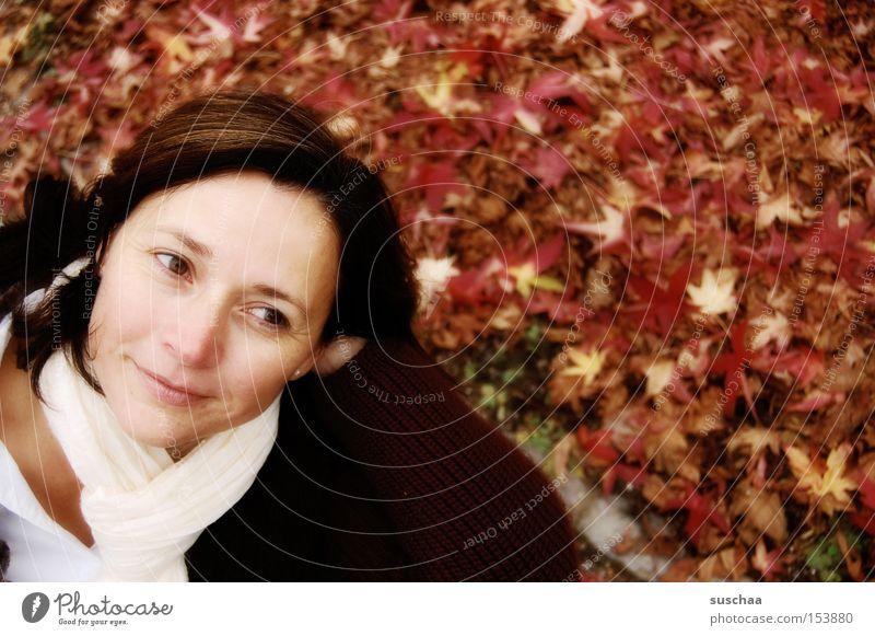 draussen mit s.... Frau schön Gesicht Blatt kalt Herbst Glück lachen Jahreszeiten Gesichtsausdruck Porträt Schal