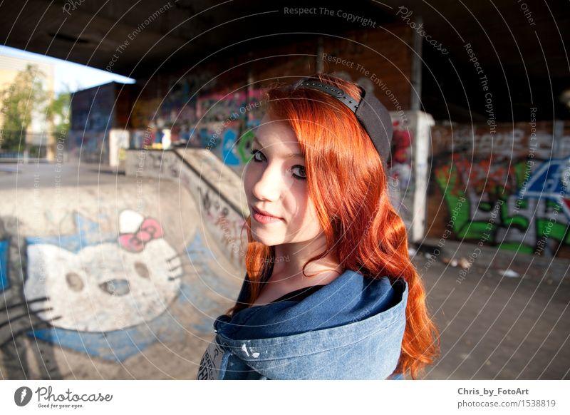 chris_by_fotoart Junge Frau Jugendliche Erwachsene 1 Mensch 13-18 Jahre Esslingen Sportpark Mode Kapuzenjacke Mütze rothaarig langhaarig Lächeln Blick stehen
