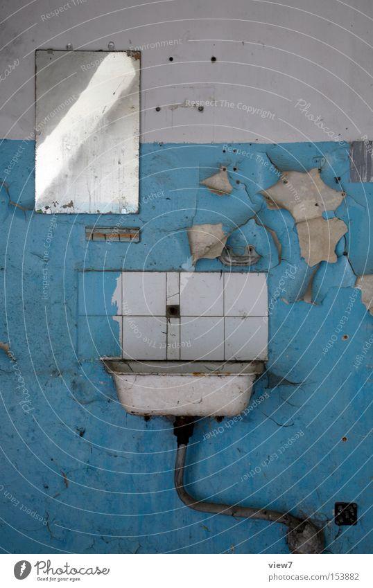 streichen Waschbecken Becken Wasser Trinkwasser Handwaschbecken alt Handtuch einfach Spiegel Toilette Abfluss Leitung Eisenrohr Stahl Detailaufnahme Bad obskur