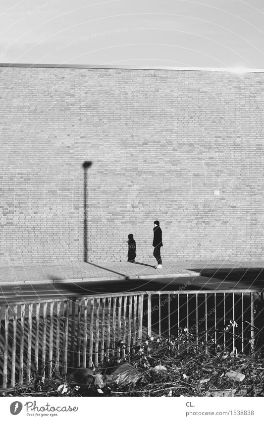 max und schatten Mensch Junger Mann Jugendliche Erwachsene Leben 1 Himmel Herbst Winter Schönes Wetter Stadt Mauer Wand Verkehr Verkehrswege Fußgänger Straße
