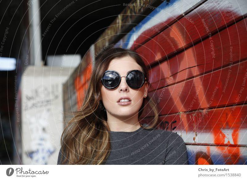 chris_by_fotoart Lifestyle elegant Stil Mensch Junge Frau Jugendliche Erwachsene 1 18-30 Jahre Landkreis Esslingen Skatepark Pullover Sonnenbrille brünett