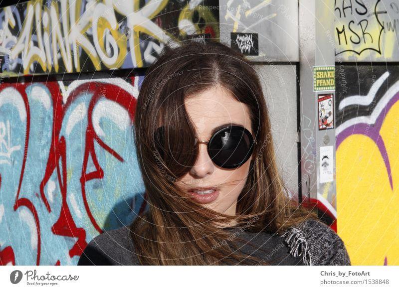 chris_by_fotoart Lifestyle Stil Junge Frau Jugendliche Erwachsene 1 Mensch 18-30 Jahre Wind Landkreis Esslingen Sportpark Mode Pullover Sonnenbrille Schal