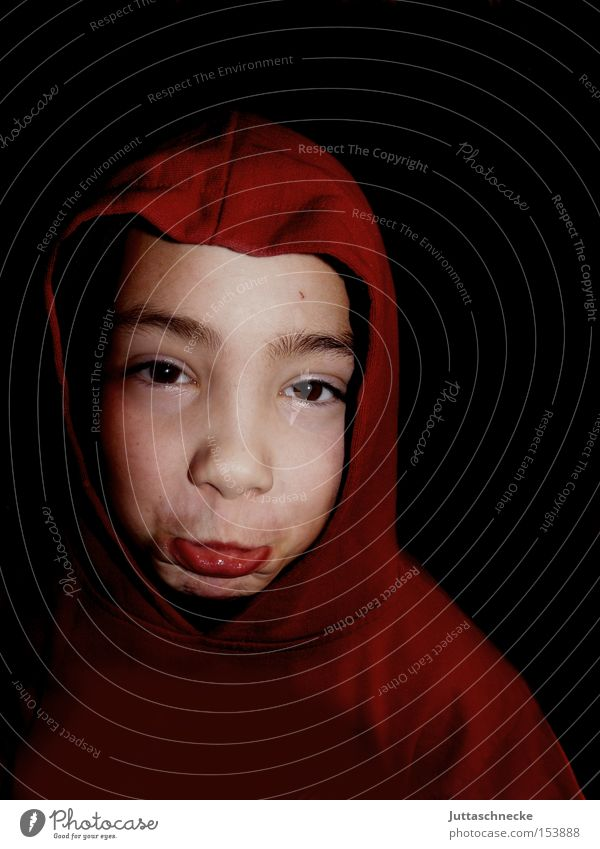 Ferienende Kind rot Junge Trauer Kindheit Verzweiflung Kapuze Grimasse Schwäche