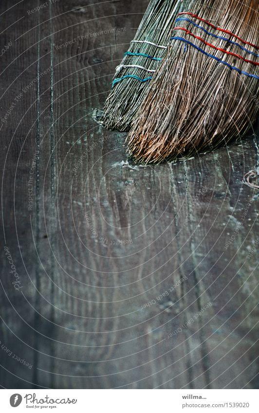 hexenblinddate mit heißem feger Besen Strohbesen Sauberkeit Reinigen Kehren dreckig ländlich Holzfußboden Gedeckte Farben Detailaufnahme Menschenleer