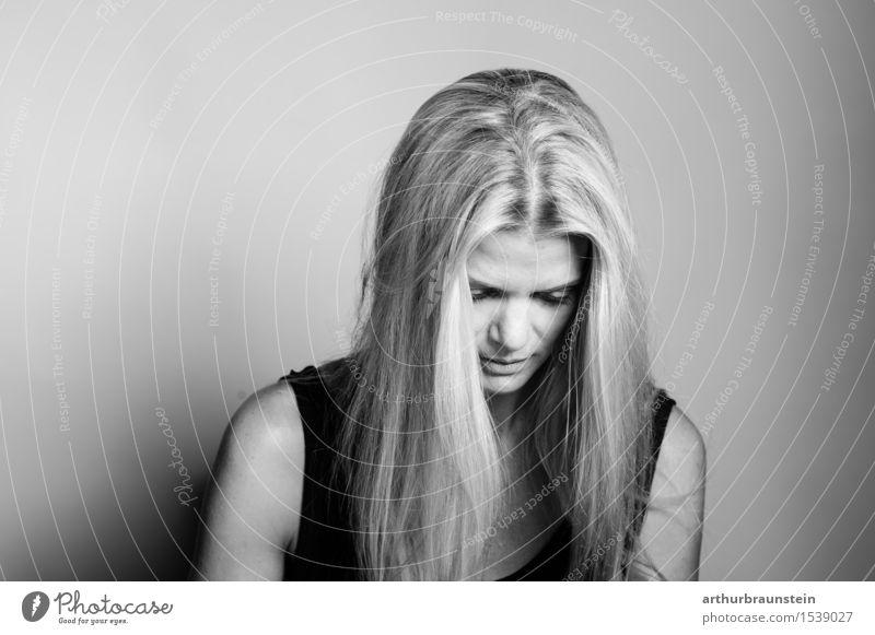 Junge nachdenkliche Frau Mensch Jugendliche schön Junge Frau Einsamkeit ruhig Erwachsene Leben Traurigkeit feminin Stil Gesundheit Haare & Frisuren träumen