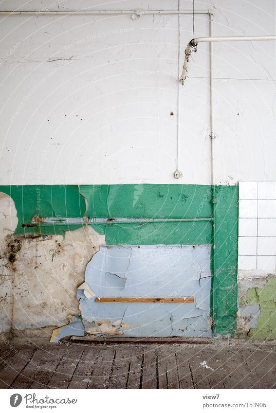 Dusche Dusche (Installation) Waschzuber Bad Sauberkeit Vorhang Stab alt kaputt vergessen Putz Fliesen u. Kacheln Flur Holzfußboden Detailaufnahme verfallen