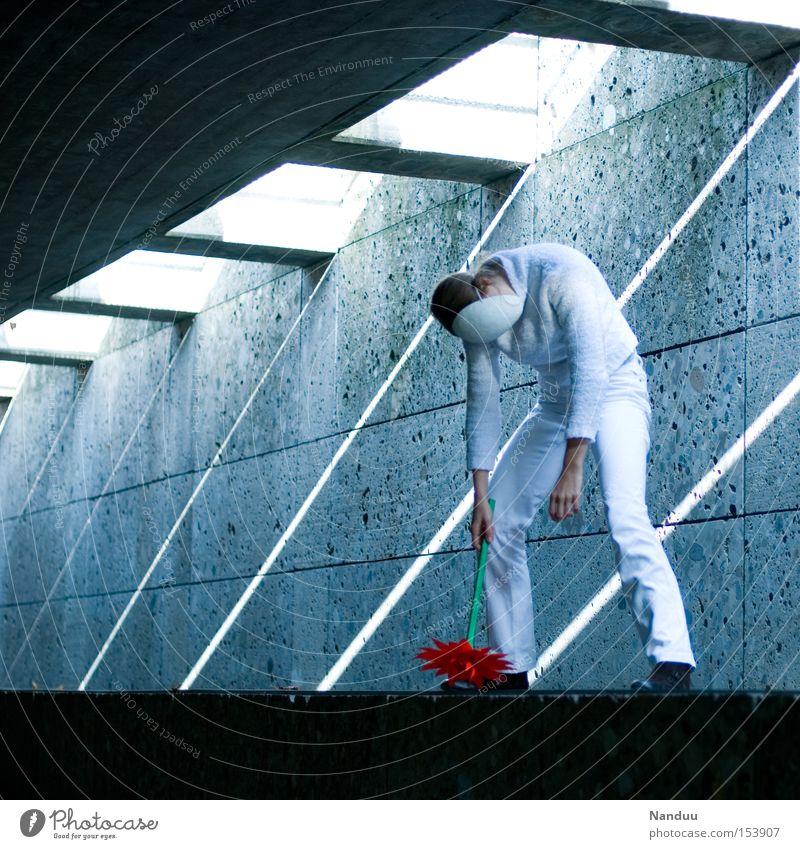 Man könnte mal ausschalten. Aber echt. Mensch weiß Blume kalt Erholung grau Beton leer kaputt Frieden Maske Vergänglichkeit festhalten Tunnel skurril friedlich