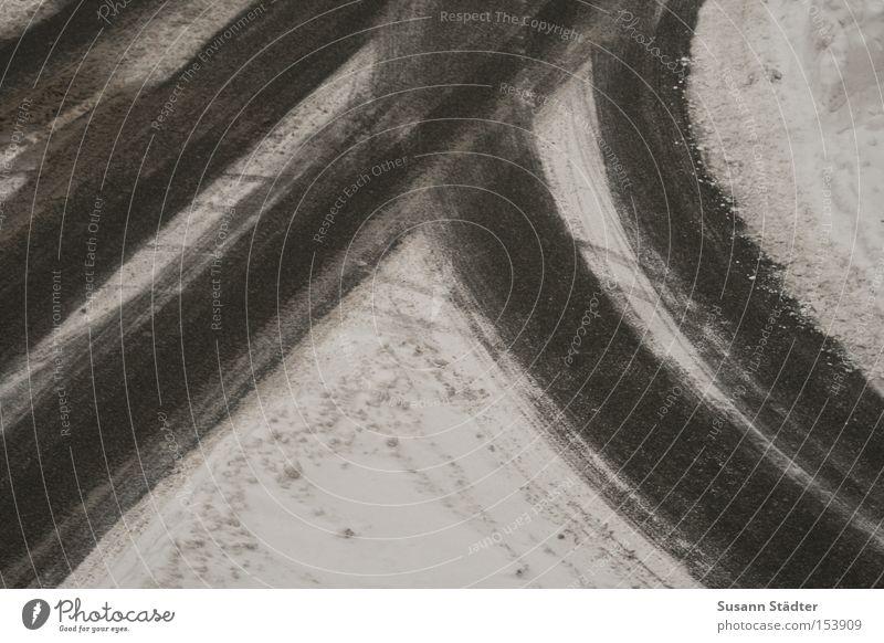 Winterdienst wird überbewertet Straße Schnee Spuren Sand Asphalt Zement Furche rutschen fahren Kurve kratzen Eis Glatteis geradeaus