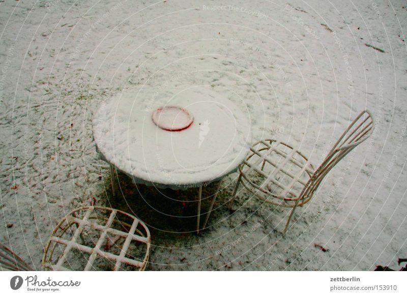 Draussen nur Kännchen Winter kalt Schnee Garten Tisch Frost Pause Stuhl Möbel frieren Neuschnee Schneedecke Gartenstuhl Gartentisch Gartenmöbel