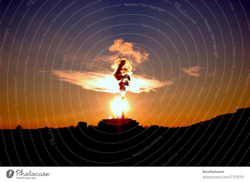 Der letzte Tag Wolken dunkel kalt Wärme groß Sonnenuntergang unruhig Rauchwolke