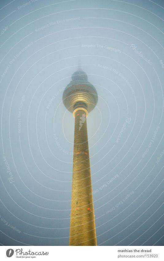 GROßER BRUDER Himmel dunkel Berlin Lampe Beleuchtung Nebel hoch Turm Vertrauen Kugel Denkmal Wahrzeichen mystisch Berlin-Mitte Berliner Fernsehturm Fernsehturm