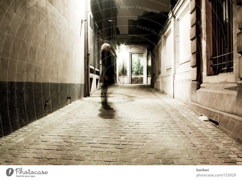 nächtlicher verfolger Nacht Haus Gasse Wege & Pfade Mauer Frau dunkel Licht hell Lampe Schatten verfolgen Angst Panik Europa